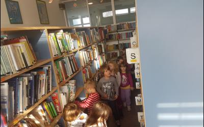 Vrtec Urša na obisku v šolski knjižnici